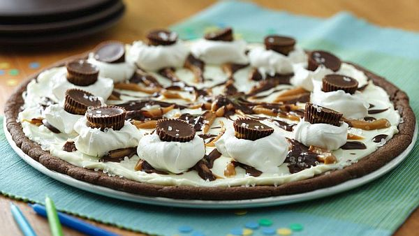 Cookies and crème dessert pizza