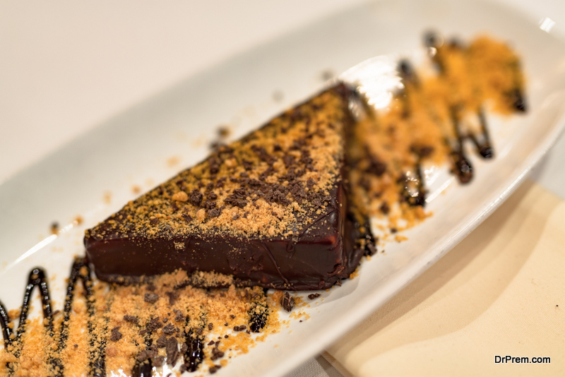 Raw-chocolate-cake-with-a-fudge-of-peanut-butter